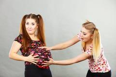 Mujer adolescente alegre dos que se sostiene el estómago Imagen de archivo