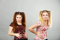 Mujer adolescente alegre dos que se sostiene el estómago Imágenes de archivo libres de regalías