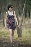 Mujer adolescente atractiva que recorre en arbusto Fotos de archivo