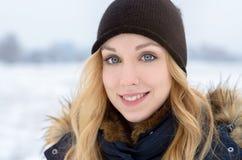 Mujer adolescente bastante joven al aire libre en invierno Imágenes de archivo libres de regalías