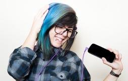 Mujer adolescente bastante joven feliz mientras que música que escucha Fotos de archivo libres de regalías