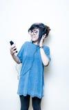 Mujer adolescente bastante joven feliz mientras que música que escucha Imagenes de archivo