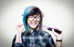 Mujer adolescente bastante joven feliz mientras que música que escucha Fotografía de archivo
