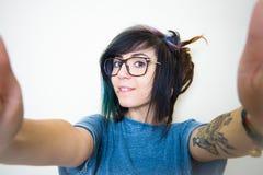 Mujer adolescente bastante joven que hace el autorretrato Fotos de archivo