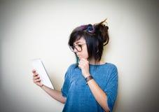Mujer adolescente bastante joven que usa la tableta Imagenes de archivo
