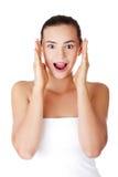 Mujer adolescente chocada y emocionada Foto de archivo