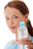 Mujer adolescente con agua Imagenes de archivo