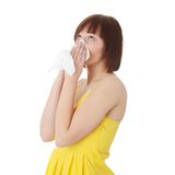 Mujer adolescente con alergia Imagenes de archivo