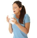Mujer adolescente con alergia o frío Imagen de archivo