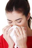 Mujer adolescente con alergia o frío Fotografía de archivo