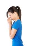 Mujer adolescente con alergia o frío Foto de archivo