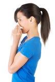 Mujer adolescente con alergia o frío Imágenes de archivo libres de regalías