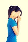Mujer adolescente con alergia o frío Fotos de archivo