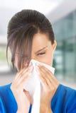 Mujer adolescente con alergia o frío Imagen de archivo libre de regalías