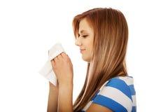 Mujer adolescente con alergia o frío Imagenes de archivo