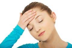 Mujer adolescente con dolor de cabeza Imagenes de archivo