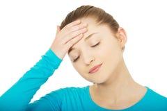 Mujer adolescente con dolor de cabeza Foto de archivo