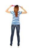 Mujer adolescente con el cuaderno abierto en la cabeza Imagen de archivo