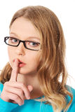 Mujer adolescente con el finger en los labios Imagenes de archivo