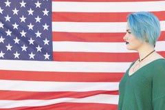 Mujer adolescente con el pelo azul aislado en un Estados Unidos de América Fotografía de archivo