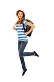 Mujer adolescente con el salto de la mochila Imagen de archivo