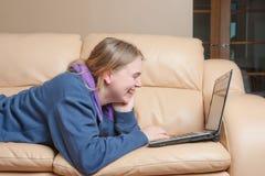 Mujer adolescente con la computadora portátil Fotografía de archivo libre de regalías