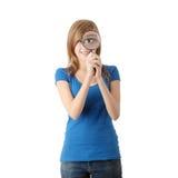 Mujer adolescente con la lupa Imagen de archivo
