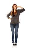 Mujer adolescente con la muestra de la victoria en ojo Imagen de archivo libre de regalías