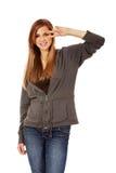Mujer adolescente con la muestra de la victoria en ojo Foto de archivo