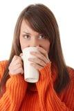 Mujer adolescente con la taza de café Imagen de archivo