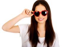 Mujer adolescente con las gafas de sol Foto de archivo libre de regalías