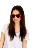 Mujer adolescente con las gafas de sol Fotos de archivo libres de regalías
