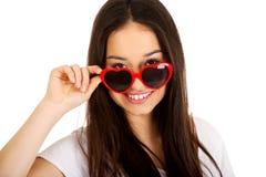 Mujer adolescente con las gafas de sol Fotos de archivo