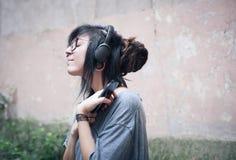 Mujer adolescente con los auriculares Foto de archivo libre de regalías