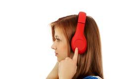 Mujer adolescente con los auriculares rojos Fotografía de archivo