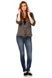 Mujer adolescente con los auriculares rojos Imágenes de archivo libres de regalías