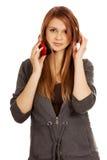 Mujer adolescente con los auriculares rojos Imagen de archivo