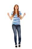 Mujer adolescente con los brazos extendidos que miran para arriba Foto de archivo