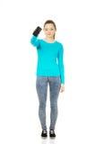 Mujer adolescente con un teléfono celular quebrado Imagenes de archivo