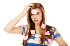 Mujer adolescente cubierta con las notas de post-it Imagen de archivo