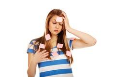 Mujer adolescente cubierta con las notas de post-it Fotografía de archivo libre de regalías