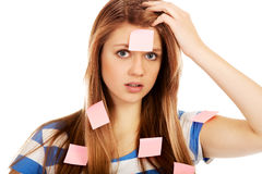 Mujer adolescente cubierta con las notas de post-it Fotos de archivo libres de regalías