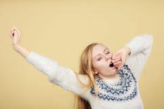 Mujer adolescente de bostezo soñolienta en puente Imagen de archivo libre de regalías