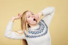 Mujer adolescente de bostezo soñolienta en puente Foto de archivo libre de regalías