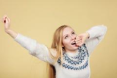 Mujer adolescente de bostezo soñolienta en puente Fotos de archivo libres de regalías