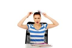 Mujer adolescente de griterío con el cuaderno en la cabeza Fotos de archivo libres de regalías