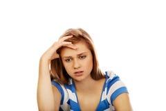 Mujer adolescente de la depresión que se sienta en el piso Imagen de archivo