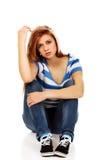 Mujer adolescente de la depresión que se sienta en el piso Imagen de archivo libre de regalías