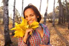 Mujer adolescente de la muchacha que sostiene el ramo de otoño Imagen de archivo