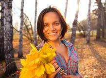 Mujer adolescente de la muchacha que sostiene el ramo de otoño Imagenes de archivo